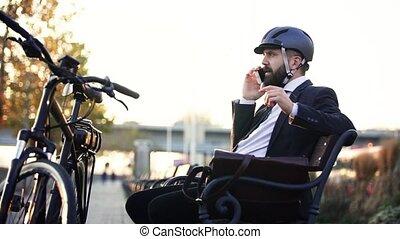 실업가, 통근자, 와, 자전거, 벤치에 앉는, 에서, 도시, 을 사용하여, smartphone.