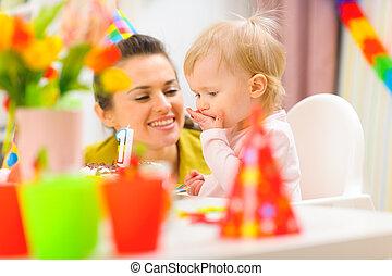 아기, 생일, 파티에서 접대하는 것, 처음, 어머니