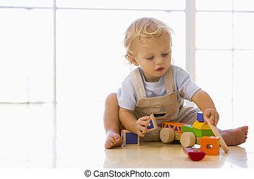 아기, 옥내에서, 노는 것, 와, 장난감 트럭