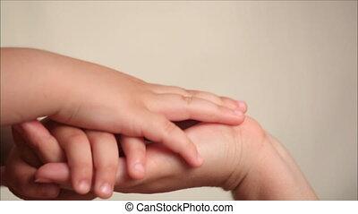 아들, 어머니, 손을 잡는 것