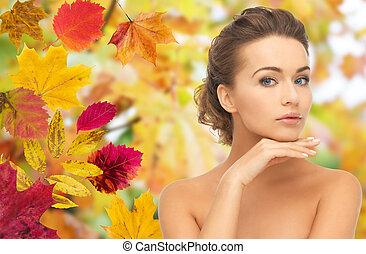 아름다운 여성, 그녀, 위의, 얼굴, 가을, 만지는 것
