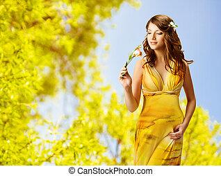 아름다운 여성, 봄, 노란 꽃, 냄새맡음, 초상, 소녀, 의복