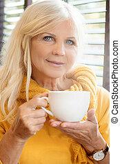 아름다운, 연장자 여자, 술을 마시는 것, cofee.