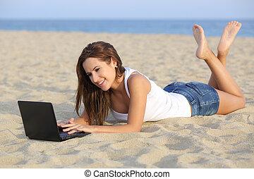 아름다운, 열대의 소년, 소녀, 열람하는 것, 그녀, netbook, 컴퓨터, 모래 위에서 있는 것, 의, 그만큼, 바닷가