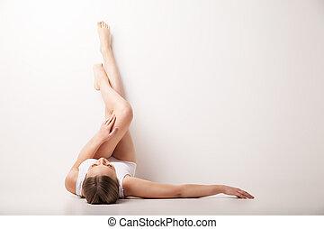 아름다운, 올리는, 여자, 은 높이 올린다, 다리, 있는 것