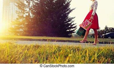아름다운, 은 자루에 넣는다, 쇼핑하고 있는 여성, 태양, 나이 적은 편의, slowmotion., 거리, 완전히, 가다, 동안에, 의복, 일몰, 1920x1080