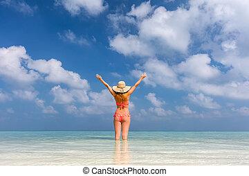 아름다운, 젊은 숙녀, 서 있는, 에서, 그만큼, 대양, 와, 손, raised., 몰디브