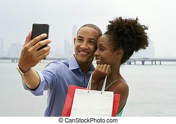 아메리카 흑인 한 쌍, 쇼핑, 취득, selfie, 와, 휴대 전화