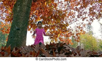 아시아 사람 여아, 던짐, 가을의 잎