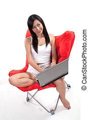 아시아 사람 여자, 계속해서 움직이는 것, 휴대용 퍼스널 컴퓨터, 몸을 나른하게 하는