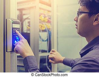 아시아 사람, 청년, 압박 단추, 의, 전자의, 통제, 기계, 와, 손가락, 대충 훑어 보기, 접근에, 그만큼, 문, 의, 제어실, 또는, 자료, center.