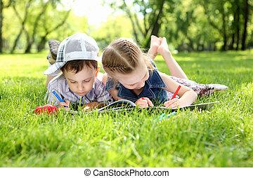 아이들, 공원안에, 책을 읽는