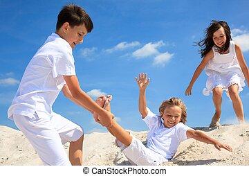 아이들 놀, 통하고 있는, 바닷가