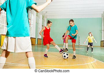 아이들, 훈련, 축구, 에서, 학교, 스포츠 홀