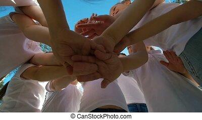 아이의그룹, 은 실행한다, 운동회, 자극이다, 인사, 와, 위에의손, 운동장, 의, 야드, 축구, 에,...