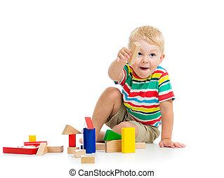 아이 소년, 노는 것, 나무로 되는 장난감