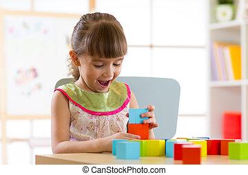 아이, 어린 소녀, 노는 것, 나무로 되는 장난감, 집의, 또는, 유치원