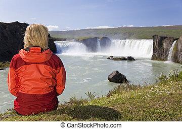 앉아 있고 있는 여성, 에, godafoss, 폭포, 에서, 아이슬란드