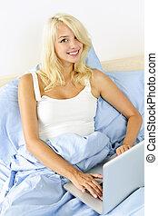 앉아 있고 있는 여성, 침대에서, 와, 휴대용 컴퓨터