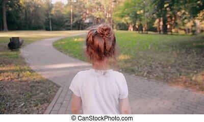 어린 소녀, 걷기, 통하고 있는, a, 길, 에서, a, park., a, 건포도 롤빵, 의, 공정한 머리,...