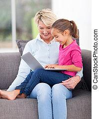 어린 소녀, 노는 것, 와, 그녀, 할머니, 휴대용 퍼스널 컴퓨터