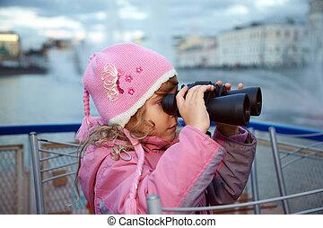 어린 소녀, 모양, 완전히, 쌍안경, 서 있는, 통하고 있는, 그만큼, 배경, 의, fountains.