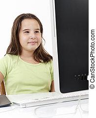 어린 소녀, 컴퓨터를 보는