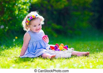 어린 소녀, 통하고 있는, 부활절 달걀 사냥
