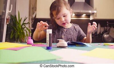 어린 소녀, glueing, 채색되어 있는 종이