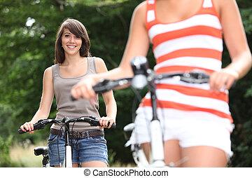 어린 여성, 자전거를 타는 것
