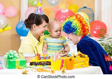 어릿광대, 경축하는, 생일, 갓난 여자 아기, 처음
