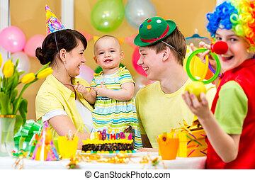 어릿광대, 경축하는, 생일, 부모님, 갓난 여자 아기, 처음