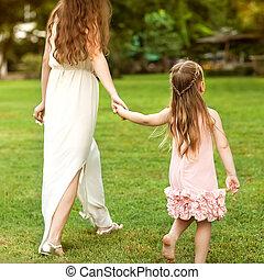 어머니와 딸, 공원안에 걷는, 손을 잡는 것, 사랑안에