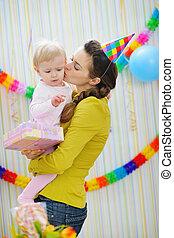 어머니, 생일, 키스하는 것, 아기, 파티, 축하