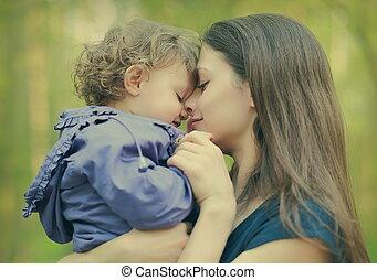 여름, 옥외, 채택하는 것, 배경., 클로우즈업, 어머니, 아기, 초상, 소녀, 남을 사랑하는, 행복하다