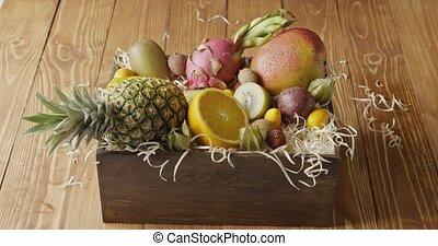 여성의 손, 나아가다, 나무 상자, 와, 구색을 갖춘 것, 의, 외래의, 신선한, 유기체의, 과일, 통하고...