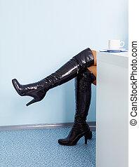 여성, 다리, 에서, 높은, 검은 가죽의 부츠