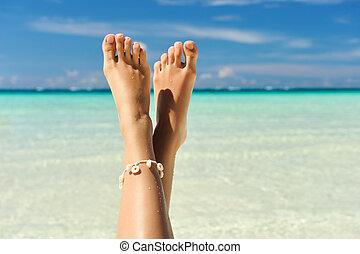 여성, 다리, 통하고 있는, a, 바닷가
