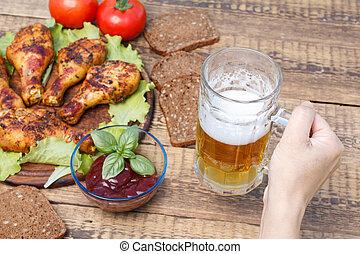 여성 손, 은 이다, 보유 유리, 맥주의찻잔, 와, 그릴로 구여졌던 닭, 다리
