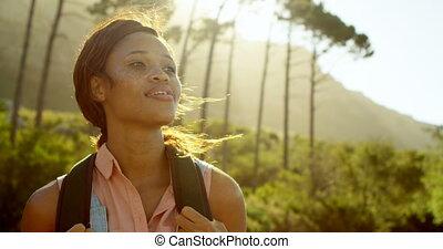 여성, hiker, 서 있는, 에서, 시골, 4k