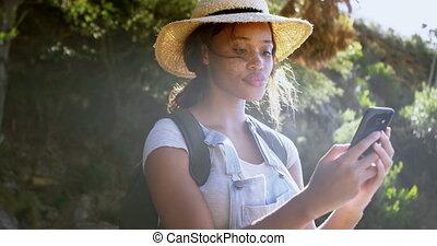 여성, hiker, 을 사용하여, 휴대 전화, 에, 시골, 4k