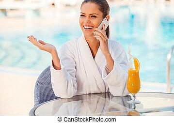 여자, 공유하는 것, 착석, 변하기 쉬운, friends., 나이 적은 편의, 전화, 욕의, 말하는 것, 동안, 좋은 뉴스, 테이블, 몸짓으로 말하는 것, 웅덩이, 행복하다