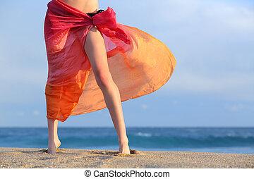 여자, 다리, 통하고 있는, 휴가, 자세를 취함, 바닷가에, 와, a, pareo