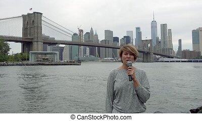 여자, 마천루, 기자, 최고 가속도, 나이 적은 편의, 방송, 배경, 맨해튼