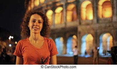 여자, 서 있는, 공간으로 가까이, colosseum, 에서, 로마