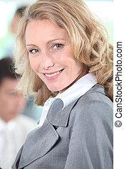 여자 실업가, 미소