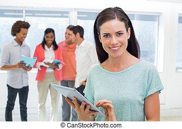여자 실업가, 을 사용하여, 정제, 와..., 미소, 카메라에