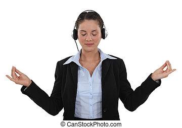 여자 실업가, 음악을 듣는 것