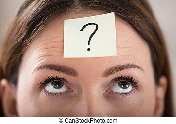 여자 실업가, 이마, 와, 물음표, 통하고 있는, 접착성의 노트