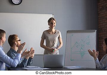 여자 실업가, 직원, 박수 갈채하는, 감사하는 것, 제출, 행복하다